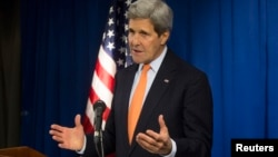 John Kerry habla durante una conferencia de prensa en la embajada de EE.UU. en Londres.