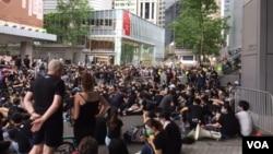 2019年6月21日香港人在警察總部外抗議(美國之音申華拍攝)