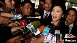 9일 태국 방콕 의회에 도착한 잉락 친나왓 전 총리가 기자들의 질문에 답하고 있다.