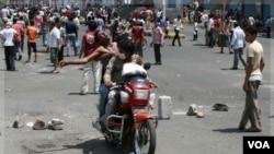 Para demonstran anti pemerintah di kota Taiz menggunakan sepeda motor untuk mengangkut rekannya yang terluka (foto: dok).