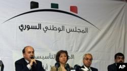 總部設在巴黎的敘利亞全國委員會的發言人加德曼尼(左二)(資料圖片)