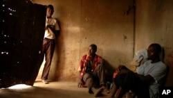 FILE - Abanye abantu abasebenza kwele South Africa abadabuka eZimbabwe. (AP Photo/Mujahid Safodien)