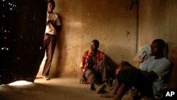Zvizvarwa zveZimbabwe zvakawanda zvinonzi zviri kugara nekushanda muSouth Africa zviri kunze kwemutemo.