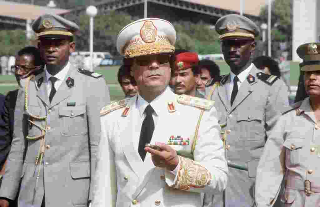 """Como líder de Libia, Moammar Gadhafi saluda a las tropas durante su visita oficial a Senegal en 1985. Cuando tomó el control de Libia en 1969, lo hizo en nombre de """"la libertad, el socialismo y la unidad""""."""