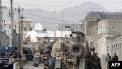 Афганські і натовські сили охороняють вхід до поліцейського відділення, де сталася атака