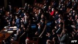 Các nghị sỹ Cộng hòa vỗ tay tại phiên họp lưỡng viện chứng nhận kết quả bầu cử tổng thống 2020