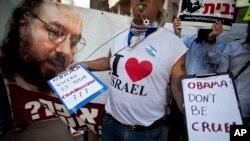 지난 2011년 6월 이스라엘 텔아비브의 미국 대사관 앞에서 시위대가 미 교도소에 수감돼 있는 유대계 미국인 조너선 폴라드의 석방을 촉구하고 있다.