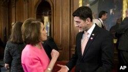 Ketua DPR AS, Paul Ryan (kanan) berbincang dengan Pemimpin Minoritas DPR AS, Nancy Pelosi, di Gedung Capitol, Washington DC, 8 Desember 2016.(Foto: dok).