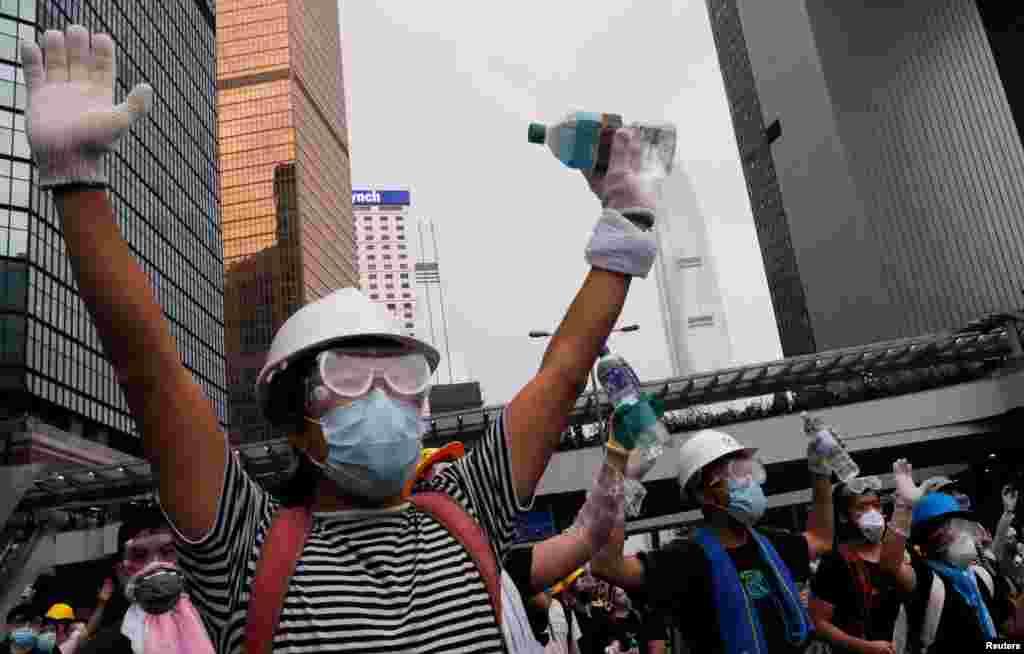 2019年6月12日,戴著頭盔與口罩的香港示威者抗議逃犯條例修訂。
