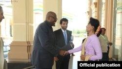 UNESCO ခ်စ္ၾကည္ေရး သံတမန္ ေအာ္စကာ ဆုရွင္ Forest Whitaker ေဒၚေအာင္ဆန္းစုၾကည္ႏွင့္ေတြ႔ဆံု။ သတင္း ဓာတ္ပံု- NLD Chairperson.
