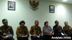 Dewan Pertimbangan Presiden memberikan keterangan pers bersama pimpinan Komisi Pemberantasan Korupsi di kantor Wantimpres, Jakarta, Senin 4 April 2017 (Foto: VOA/Andylala)