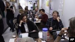 미국 공화당 측 한 선거 본부에서 자원봉사자들이 전화로 모금을 하고 있다. (자료사진)