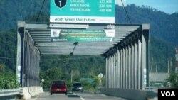 Infrastruktur jalan jembatan yang dibangun USAID di pantai barat Aceh salah satu penunjang sarana investasi global. (VOA/Budi Nahaba)