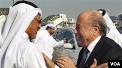 Presiden FIFA Sepp Blatter, kanan, disambut oleh Presiden AFC Mohammed bin Hammam ketika tiba di bandara Doha untuk kunjungan resmi ke Qatar 16 Desember 2010.