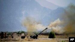 巴基斯坦军队炮轰在阿富汗边界附近的激进分子藏身据点(2014年6月1日资料照片)