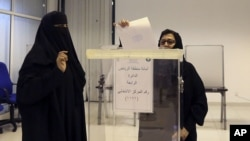 Phụ nữ Ả rập Xê út bỏ phiếu trong cuộc bầu cử chính quyền thành phố tại Riyadh, 12/12/2015.