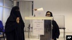 Riyad'da ilk kez oy kullanan kadın seçmenler