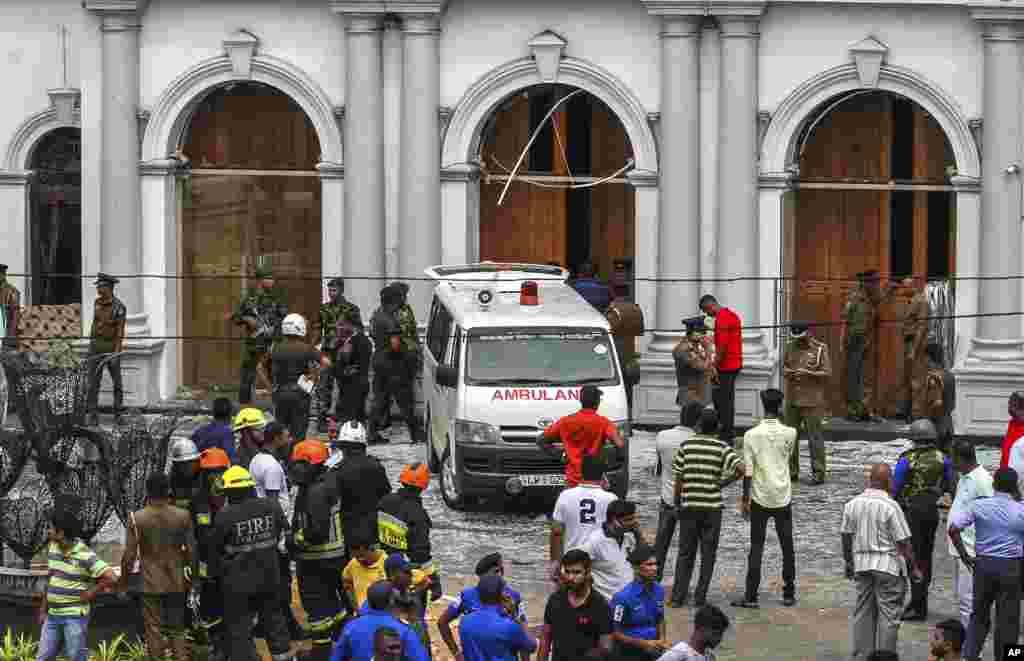 عید پاک خونین در سریلانکا - سربازان، امنیت اطراف زیارتگاه سنت آنتونی را پس از انفجار برقرار می کنند.
