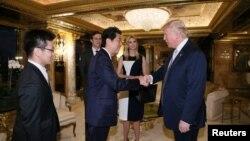 លោក Shinzo Abe នាយករដ្ឋមន្ត្រីជប៉ុនជួបជាមួយនឹងលោក Donald Trump នៅអគារ Trump Tower ក្នុងសង្កាត់ Manhattan ក្រុងញូវយ៉ក សហរដ្ឋអាមេរិក កាលពីថ្ងៃទី១៧ ខែវិច្ឆិកា ឆ្នាំ២០១៦។