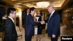 Perdana Menteri Jepang Shinzo Abe bersalaman dengan Presiden AS terpilih Donald Trump di Trump Tower di Manhattan, New York.