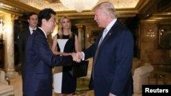 Arhiva - Premijer Japana Šinzo Abe i tada novoizabrani predsednik SAD Donald Tramp tokom susreta u Tramp tornju u Njujorku 17. novembra 2016. (Cabinet Public Relations Office/Handout via Reuters)