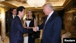 ນາຍົກລັດຖະມົນຕີຍິ່ປຸ່ນ ທ່ານ Shinzo Abe ພົບປະກັບ ປະທານາທິບໍດີ ສະຫະລັດ ທີ່ Trump Tower ໃນນະຄອນ New York ວັນທີ 17 ພະຈິກ 2016.