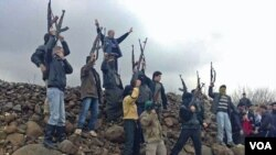 Tentara Suriah terlihat berada di antara para pengunjuk rasa anti-pemerintahan Bashar al-Assad di Kafranbel dekat Idlib (29/1).
