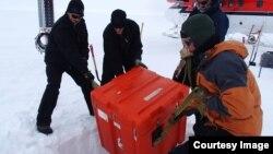 El equipo de investigación durante el trabajo de instalación de las plantas sísmicas. (Foto: Lindsey Kenyon)