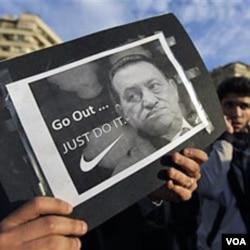 "Massa di Lapangan Tahrir, Kairo membawa poster Presiden Hosni Mubarak yang bertuliskan ""Go out... Just do it"" (Mundur, Lakukan Saja) -- meniru iklan produk Nike, Kamis (10/2)."