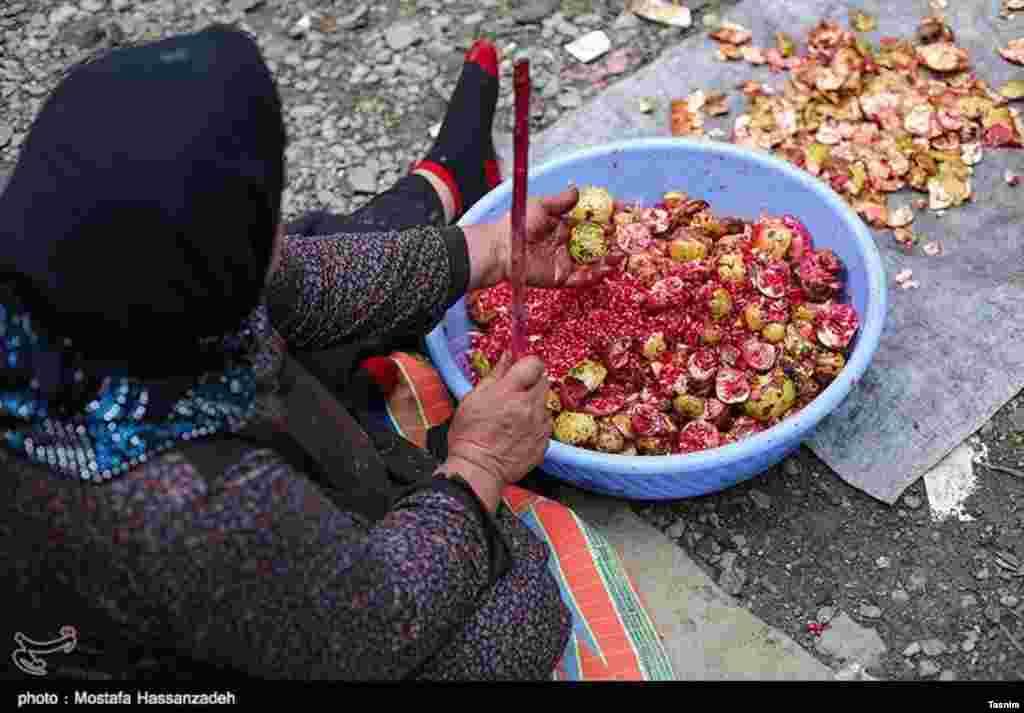 پخت ترشی انار در کردکوی در شرق استان گلستان. عکس: مصطفی حسن زاده
