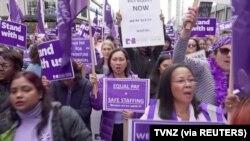 Perawat berbaris selama pemogokan di Auckland, Selandia Baru, 9 Juni 2021 dalam gambar diam ini dari sebuah video. (Foto: TVNZ/via REUTERS)