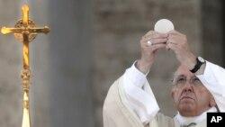 Le pape François au cours d'une célébration eucharistique à la basilique Sainte Marie Majeure à Rome, 18 juin 2017.