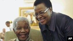 南非前总统曼德拉和他的夫人2011年5月16日在约翰内斯堡