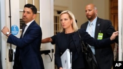 La secretaria de Seguridad Nacional de EE.UU. Kirstjen Nielsen (centro), llega para una reunión a puertas cerradas con el Caucus Hispano del Congreso, el miércoles 25 de julio de 2018, en el Capitolio, en Washington. (AP Photo / Jacquelyn Martin).