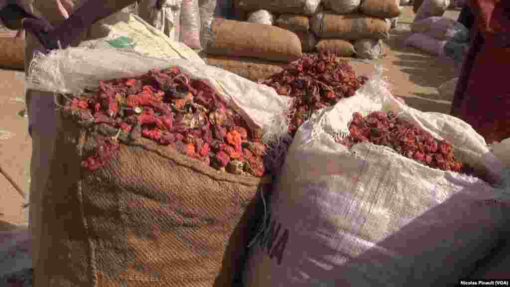 Des sacs de poivrons de 50 kg vendus 24 000 FCFA ou 12 000 Nairas nigérians, à Diffa, le 5 mars 2016. (VOA/Nicolas Pinault)