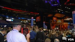 Senator Jon Makkeyn respublikachilar qurultoyida so'zlamoqda, Tampa, 29-avgust, 2012-yil.
