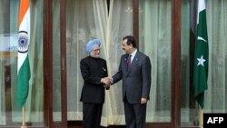 Thủ tướng Ấn Ðộ Manmohan Singh (trái) và Thủ tướng Pakistan Yousuf Raza Gilani đã mở cuộc thảo luận bên lề hội nghị thượng đỉnh ở Bhutan