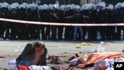 Seorang pria menangis di antara korban tewas ledakan di Ankara, Turki hari Sabtu, 10 Oktober lalu (foto: dok).
