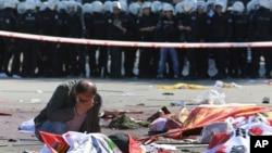 Las dos bombas explotaron con minutos de diferencia antes de que se de inicio a una marcha por la paz cerca a la estación del metro de Ankara.