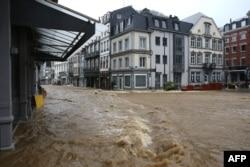 Sebuah gambar yang diambil pada 14 Juli 2021 menunjukkan pemandangan jalan yang terendam banjir di Spa, saat kondisi cuaca buruk membanjiri pusat kota. (Foto: AFP/François Walschaerts)