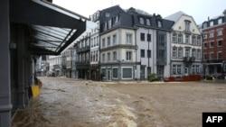千年未遇的洪水繼續在德國肆虐。洪水如湍急的河流淹沒了德國城鎮Spa的街道。(法新社7月14日照片)
