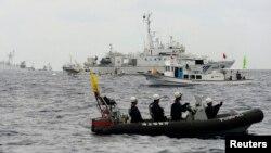 지난 5월 일본 해상보안선박이 센카쿠 열도 해역에 진입하려는 중국 해양감시선의 접근을 막고 있다. (자료사진)