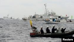 Kapal penjaga pantai Jepang Yoshino (nomor empat dari depan) menghalangi kapal Haijian No.46 milik China untuk mendekati kapal nelayan Jepang di dekat kepulauan sengketa Senkaku (dalam bahasa Jepang) /Diaoyu (bahasa China) (Foto: dok).