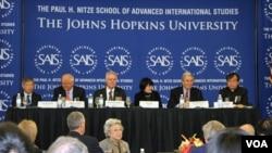 Ekonomski forum, kao i mnoge druge konferencije od medjunarodnog znacaja, organizira ugledni americki univerzitet Johns Hopkins