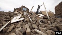 Seorang pemuda tengah melemparkan puing-puing kayu dari sebuah rumah yang hancur akibat serangan udara di desa Faj Attan, Sanaa, Yaman (Foto: dok). Pesawat-pesawat tempur dari koalisi yang dipimpin Saudi menyerang dua perahu kecil dekat Belhaf, provinsi Shabwa, Sabtu (28/11).