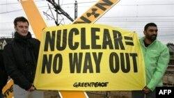 Các nhà hoạt động tìm cách ngăn một chuyến xe lửa chở chất thải hạt nhân từ Pháp tới một nhà kho ở Đức