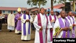 Des prêtres catholiques lors d'une conférence de la jeunesse, 18 mars 2016