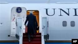 Kerry Washington yakınındaki askeri üsde uçağına binerken