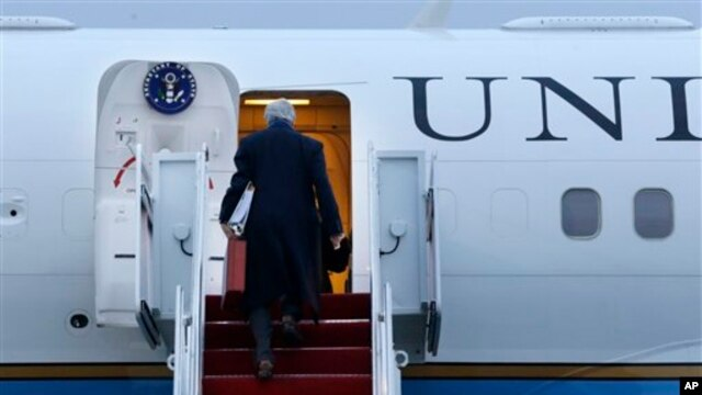 Menlu AS John Kerry memasuki pesawat di Basis Angkatan Udara Andrews di Maryland sebelum terbang ke London untuk memulai kunjungan luar negeri pertamanya. (AP/Jacquelyn Martin)