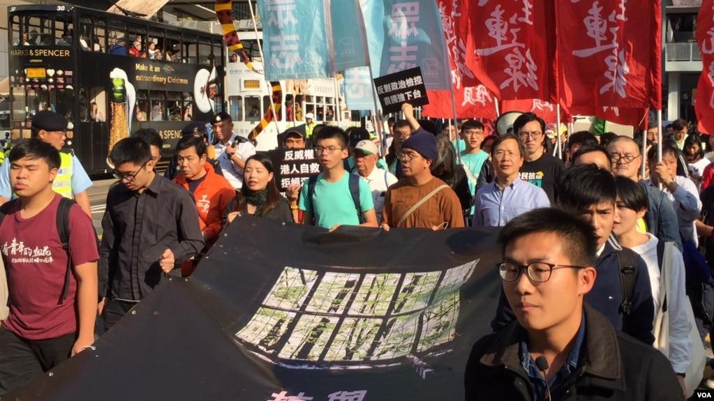 香港多个政党和团体12月3日星期天发起游行,表达对抗中共威权、坚持守护香港的心声。(美国之音海彦拍摄)